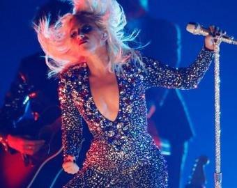 """Леди Гага упала со сцены во время """"танца"""" с фанатом"""