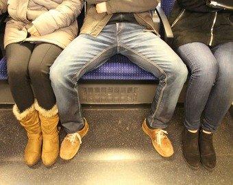 Девушка отомстила «рассевшимся» в метро мужчинам