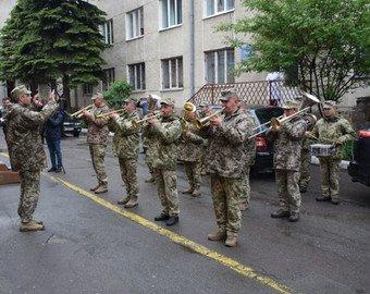 Россиянин встретил жену из роддома с военным оркестром