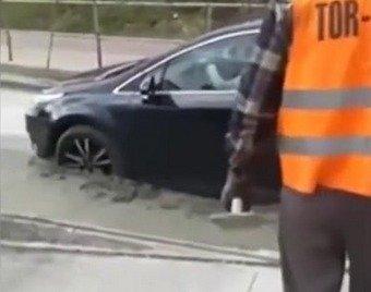 Автомобилистка не заметила, как въехала в незастывший бетон