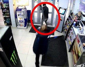 Противостояние грабителя и сотрудницы АЗС попало на видео
