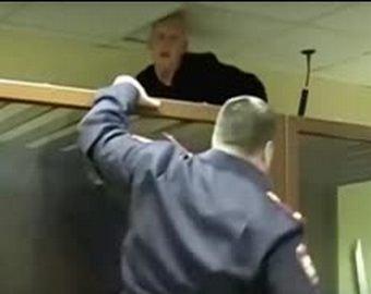 Преступник попытался сбежать из зала суда через потолок