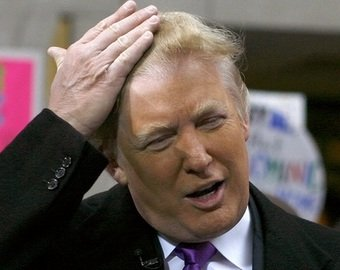 В Сети обсуждают ролик, на котором с Дональда Трампа слетает парик
