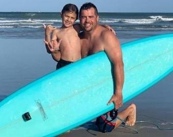 Камера зафиксировала, как акула сбила 7-летнего серфера с доски