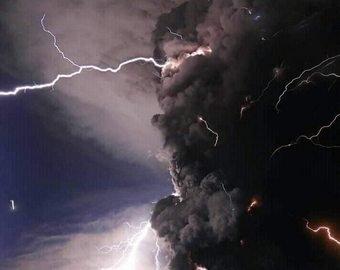 Молния попала в вулкан Тааль во время его извержения