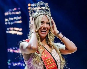 Королева красоты упала на сцене и потеряла бюстгальтер