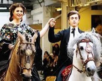 Лошадь выскочила на подиум во время показа мод в Париже