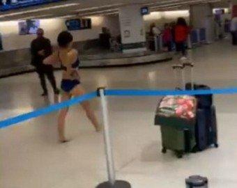 Женщина устроила стриптиз в аэропорту и стала интернет-звездой