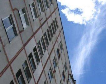 Школьница едва не свалилась с крыши многоэтажки, снимая видео