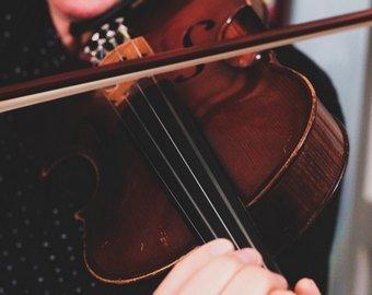 Пациентка играла на скрипке во время операции на мозге