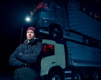 Volvo Trucks построила башню из четырех грузовиков