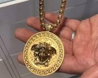 Мужчина украл с витрины ожерелье Versace с помощью удочки