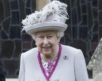 Пользователи соцсетей озадачены фотографией королевы с пистолетом в руке