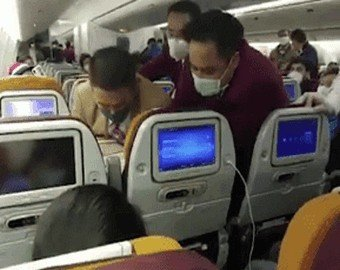 Схватка бортпроводников с кашляющей пассажиркой попала на видео
