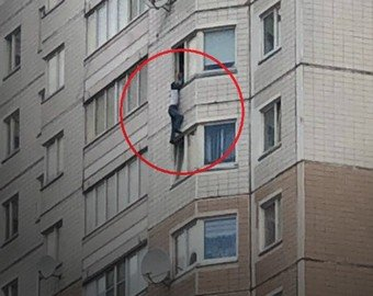 Москвич едва не свалился с 15-го этажа из-за селфи, но остался жив и заплатил штраф