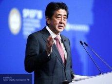 Премьер Японии показал, чем занимается на самоизоляции