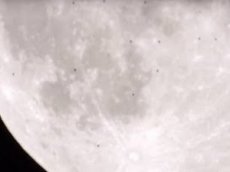 Астроном обнародовал видео с 38 парящими возле Луны НЛО