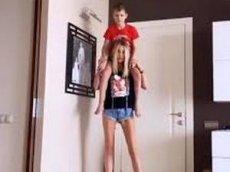 Жена Погребняка показала, как ходит по дому с сыном на плечах