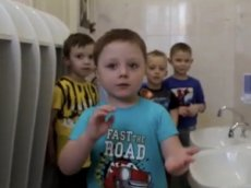 5-летний малыш провел мастер-класс по мытью рук
