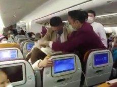 Схватка бортпроводников с кашляющим пассажиром попала на видео