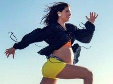 Футболистка сборной США тренируется на девятом месяце беременности