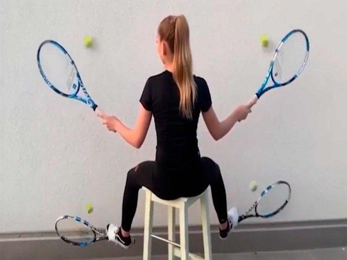 Юная теннисистка покорила сеть эффектным трюком с четырьмя ракетками