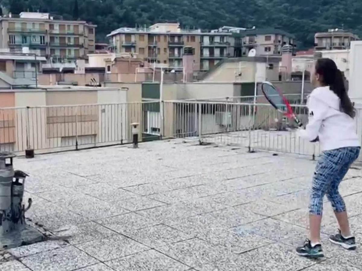 Теннисистки сыграли матч на крышах соседних домов