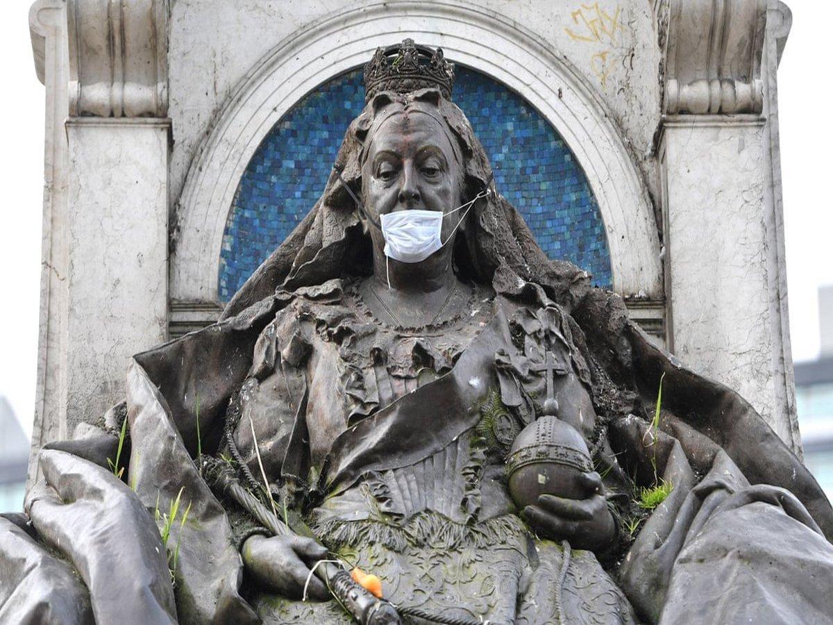 Знаменитые скульптуры по всему миру облачили в медицинские маски
