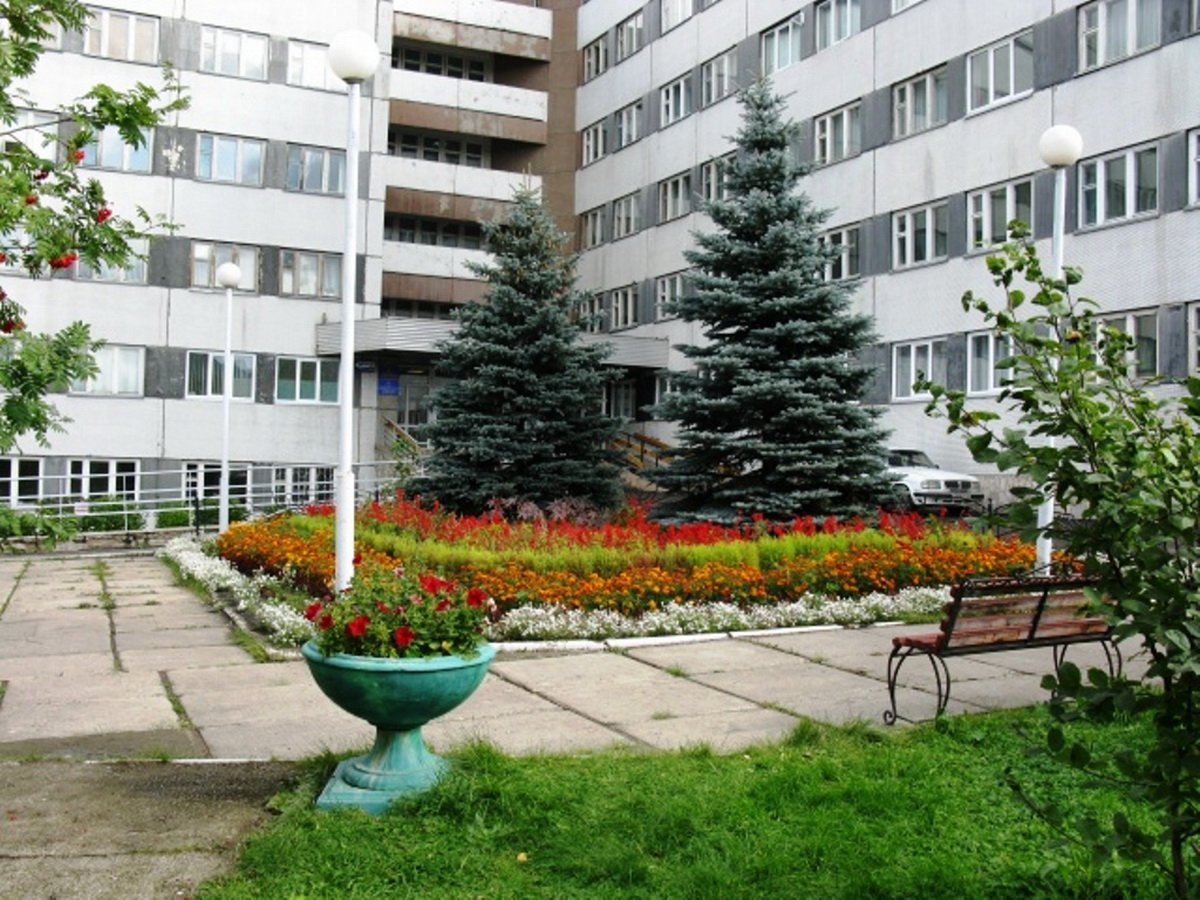 Главврач красноярского госпиталя выпала с 5-го этажа во время совещания