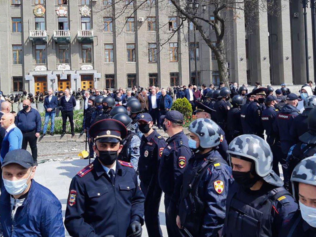 Во Владикавказе свыше 1500 человек вышли на стихийный митинг из-за самоизоляции