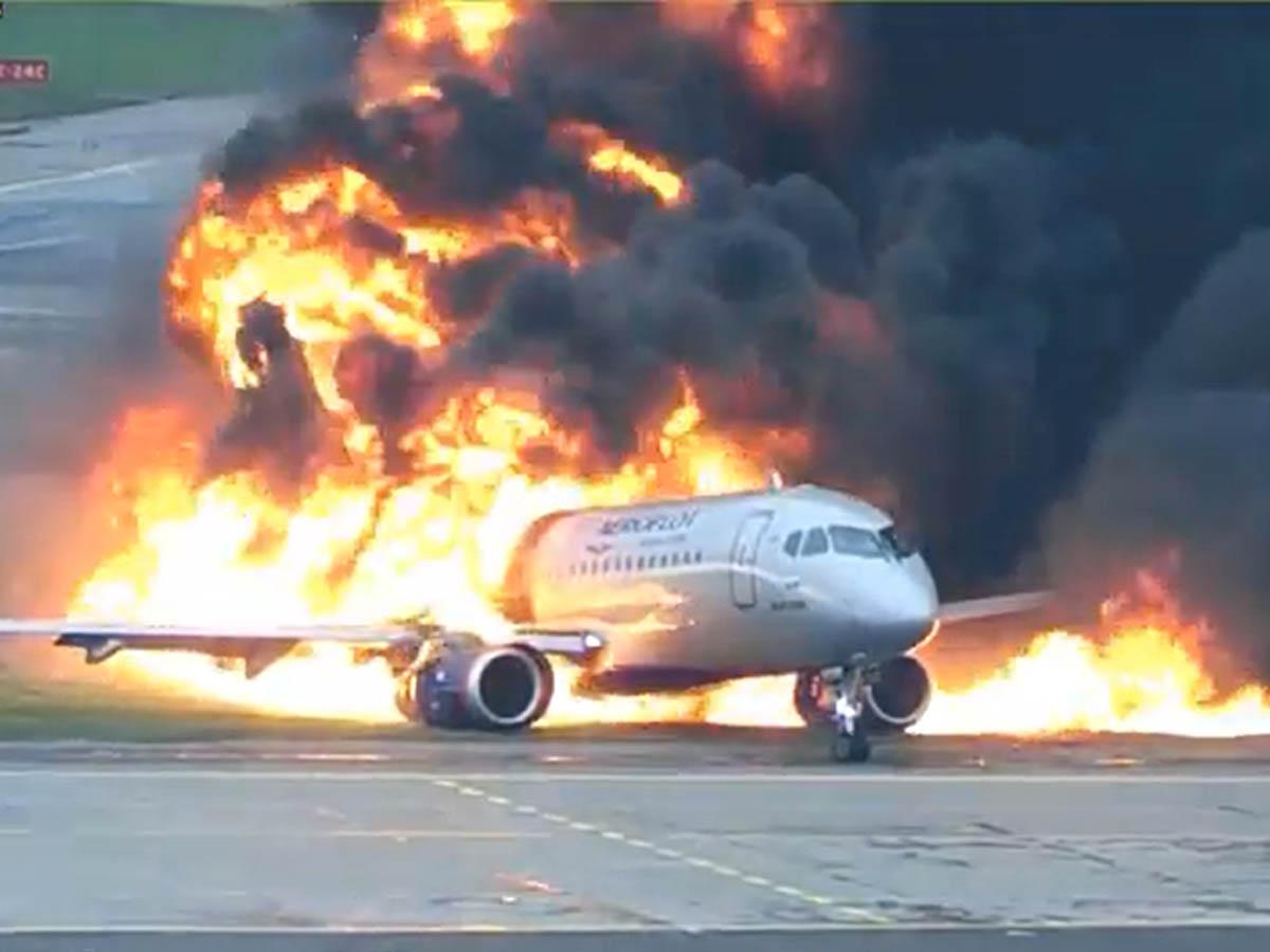 """""""Из пылающего самолета бежали люди"""": полное видео авиакатастрофы в Шереметьево появилось в Сети"""