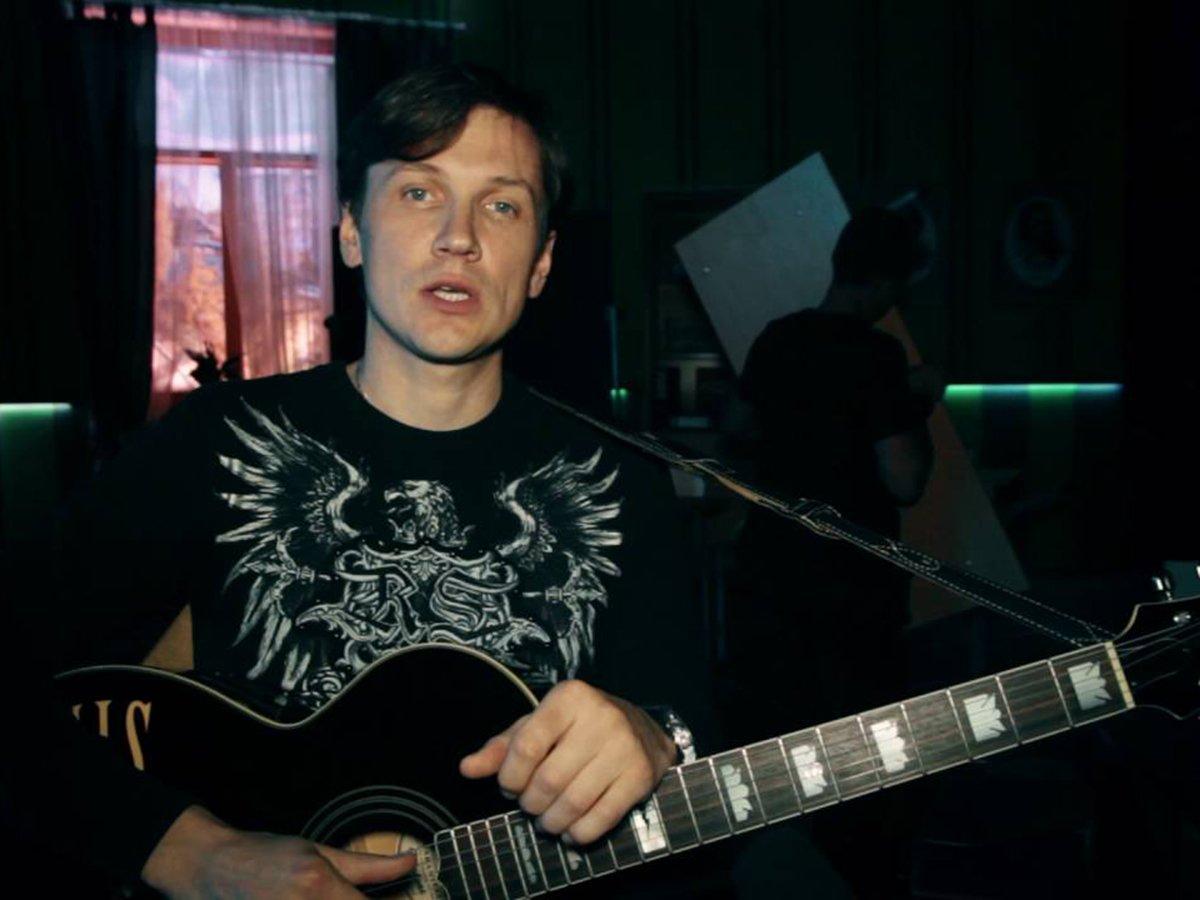 """Мясников из """"Уральских пельменей"""" насмешил фанатов видео с потерявшим челюсть гитаристом"""
