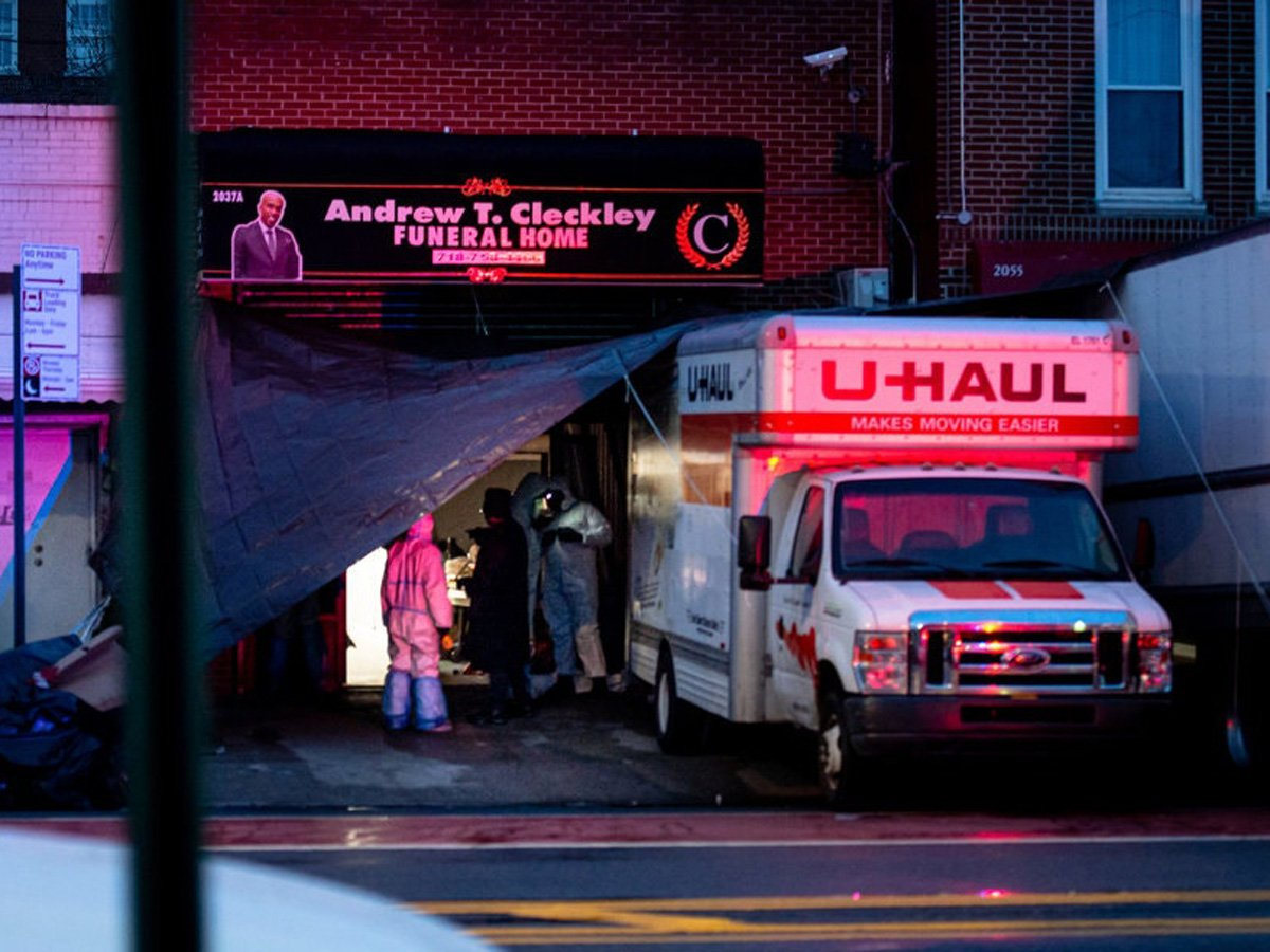 В Нью-Йорке нашли грузовики с десятками тел