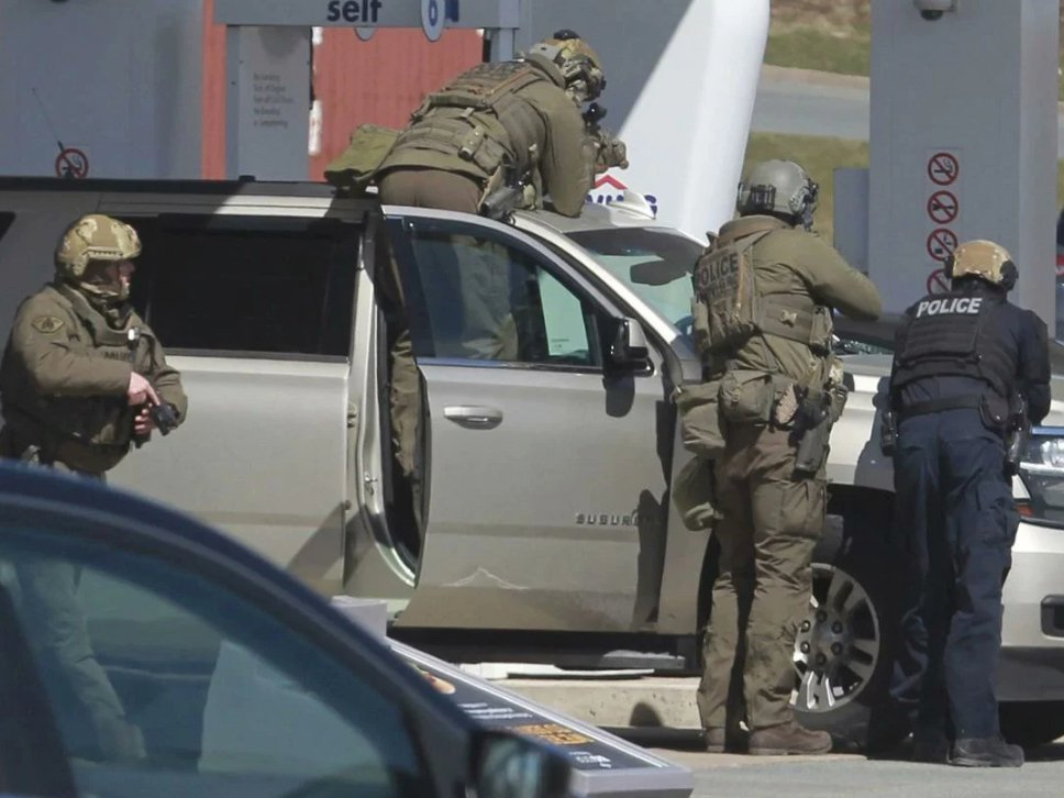 В Канаде мужчина в полицейской форме расстрелял 16 человек