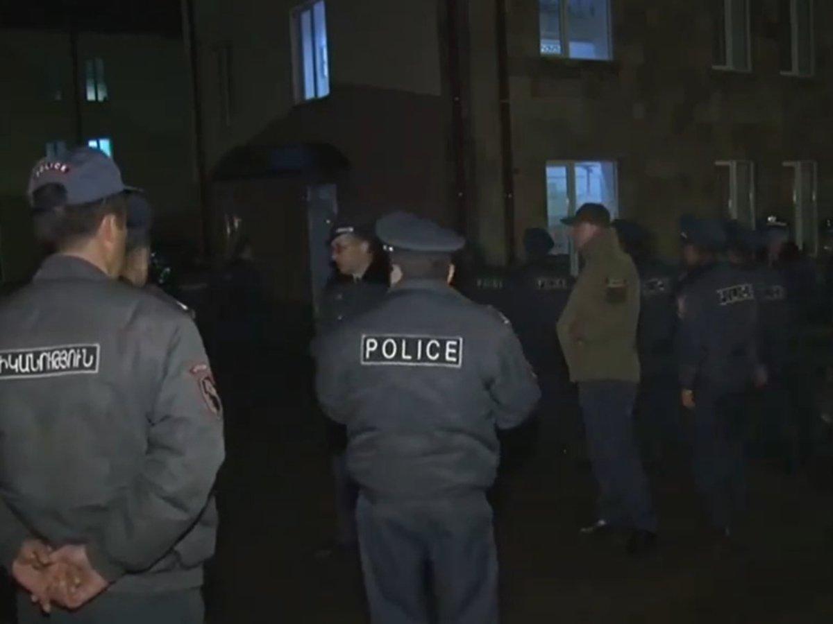 500 армян устроили самосуд в больнице над двумя подозреваемыми в убийстве