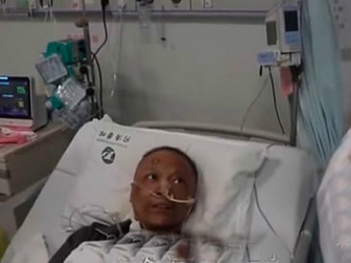 СМИ: врачи из Уханя стали темнокожими после COVID-19