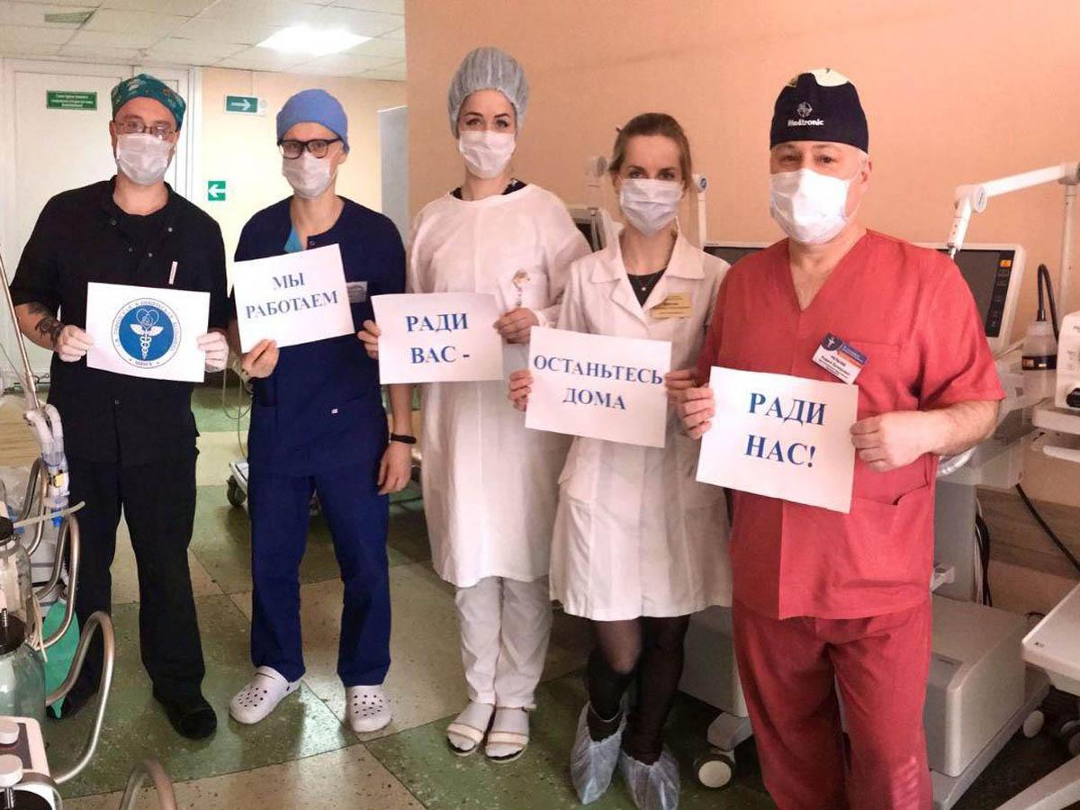 «Прошу вас наколенях»: питерский реаниматолог умоляет россиян остатьсядома