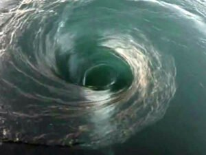 Дайвер, нырнувший в океанский водоворот, попал на видео