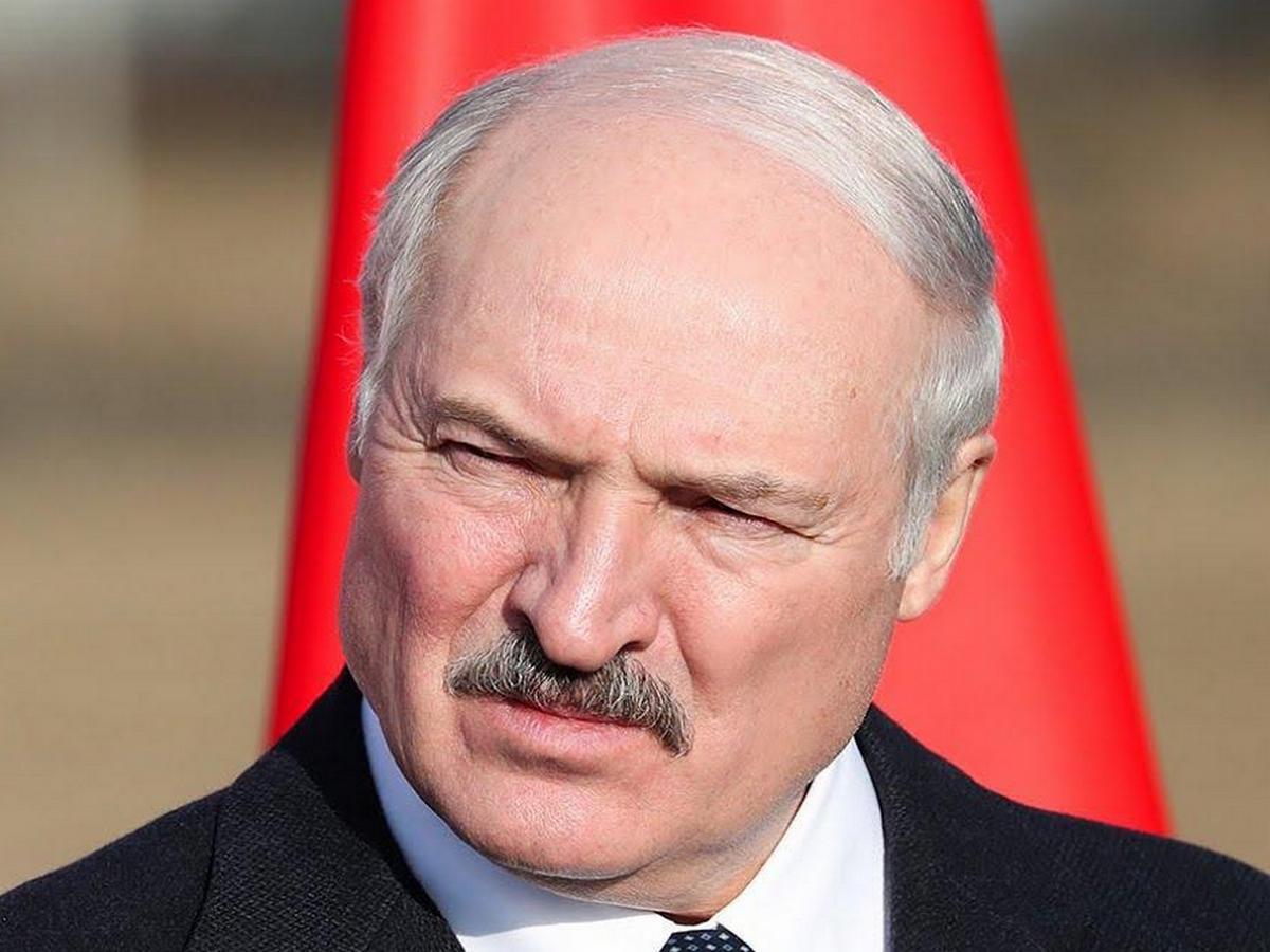 Лукашенко призвал мужчин не целовать женщин в период пандемии