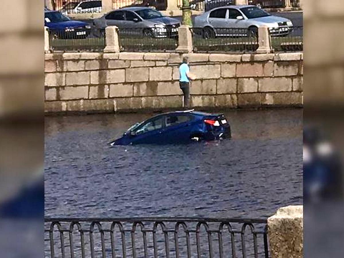 Момент падения автомобиля в Фонтанку попал на видео