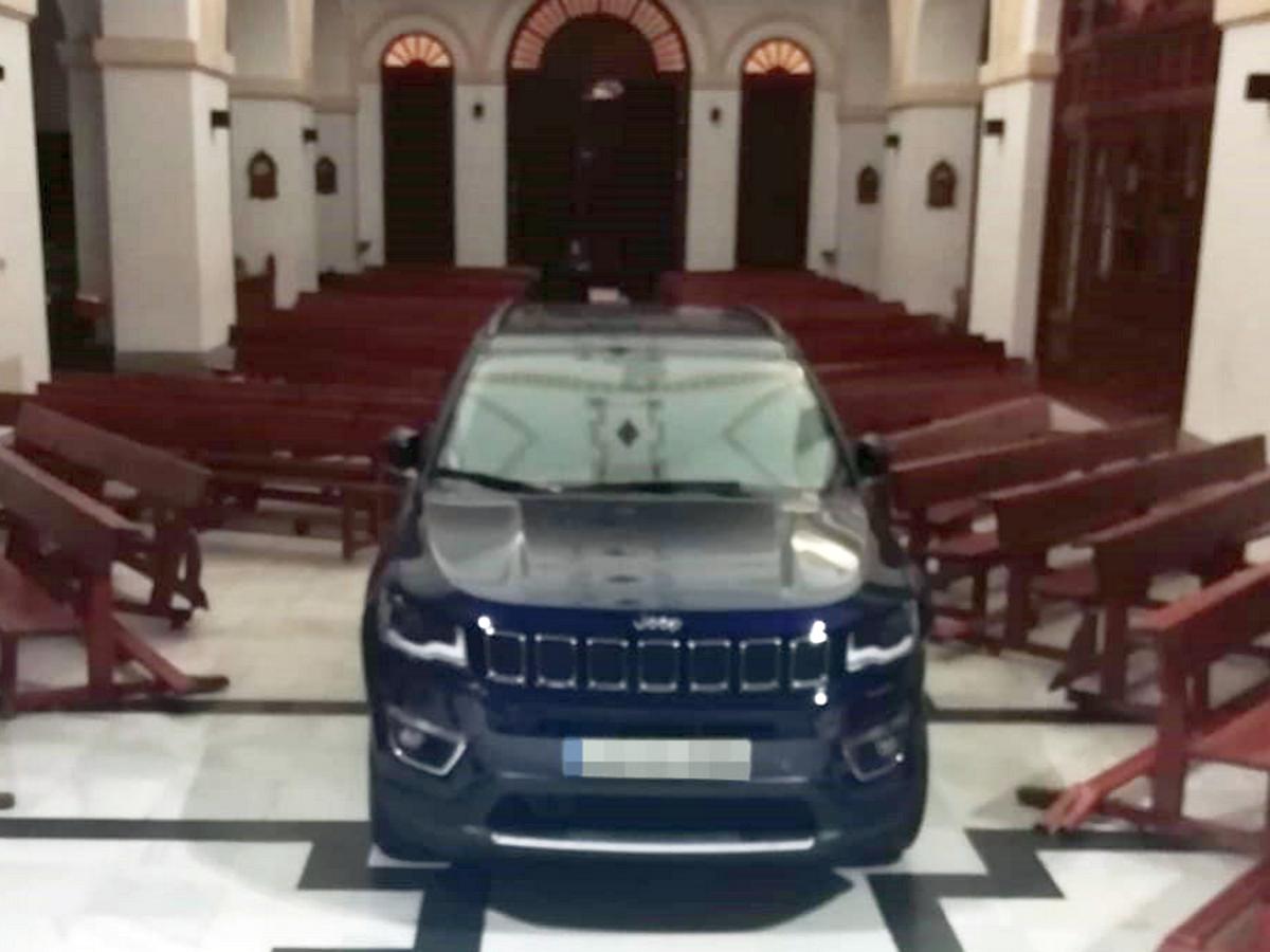 В Испании водитель влетел в церковь на джипе