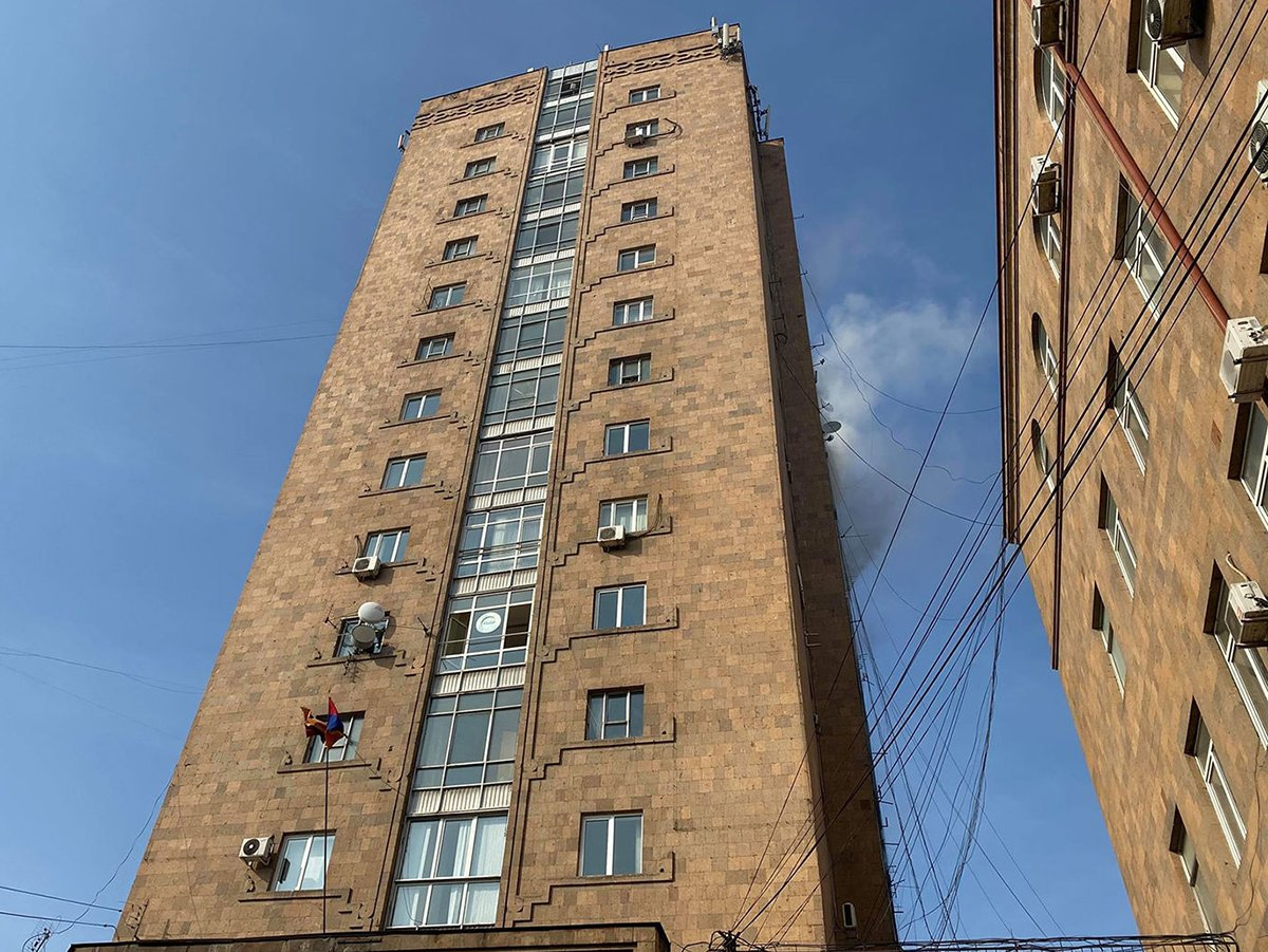 В Ереване мужчина выбросил младенца из окна