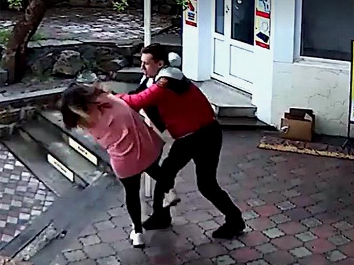Тренер избил продавщицу