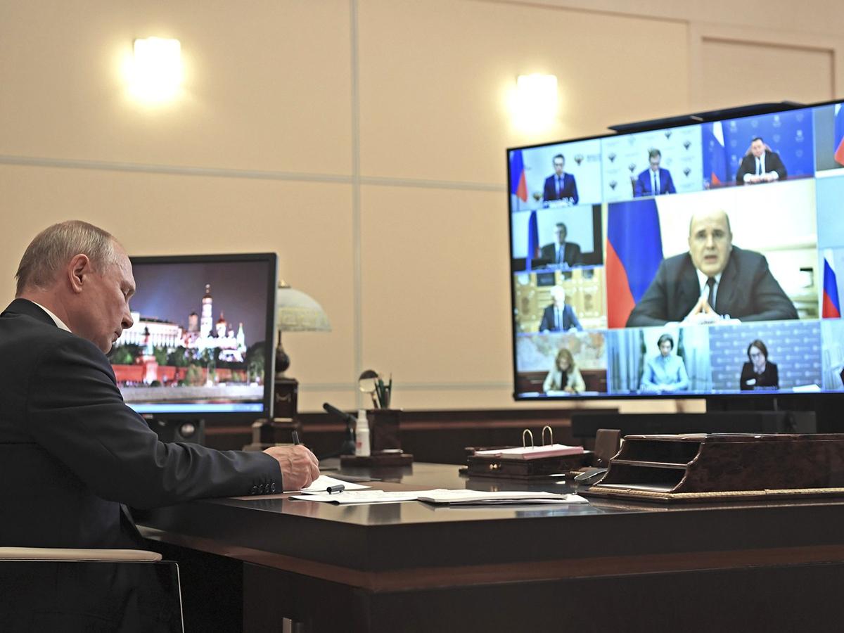Путин устроил разнос чиновникам из-за выплат медикам