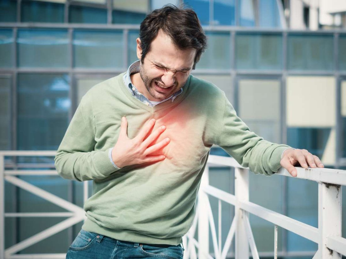 Названы три симптома скорого сердечного приступа