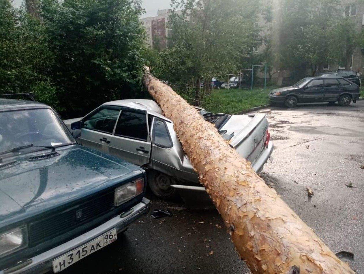 «Крыша отлетела»: страшный ураган на Урале убил троих человек (ВИДЕО)