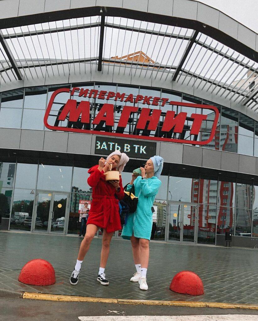 Россиянки в халатах сняли танцевальный клип в маршрутке