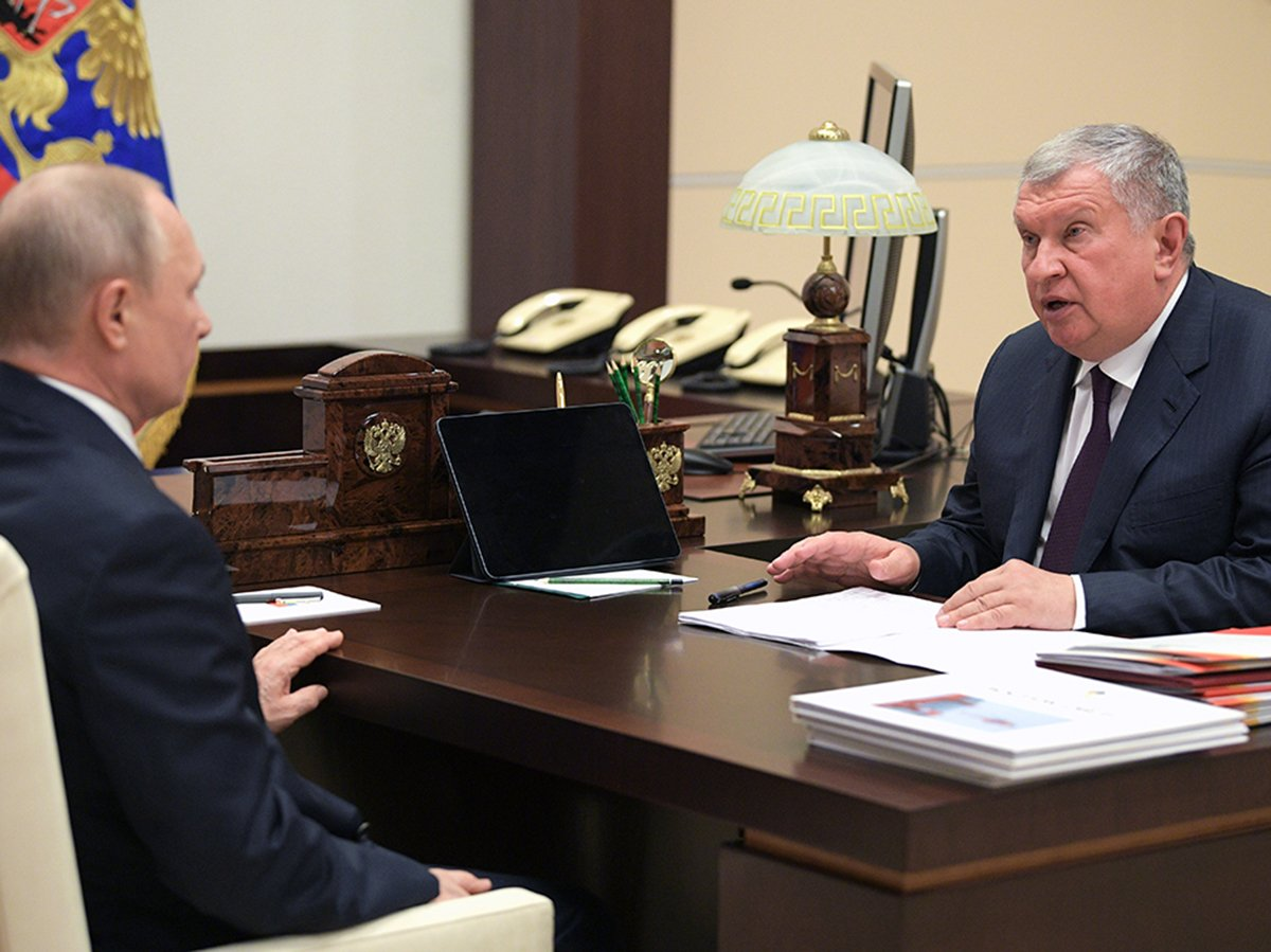 Путин провел встречу с Сечиным без масок