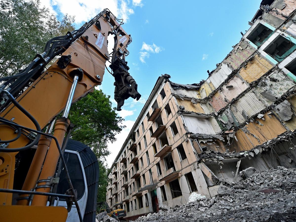В Москве сносят дом с людьми внутри