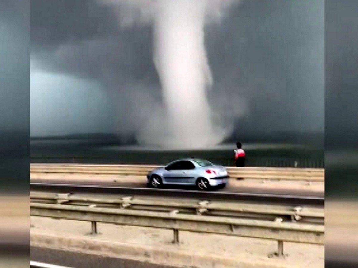 Гигантский торнадо в Стамбуле сняли на видео